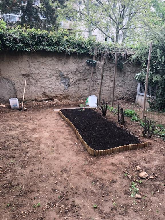 studio-en-rez-de-jardin-avec-parking-dans-le-8eme-arrondissement-69008-small-2